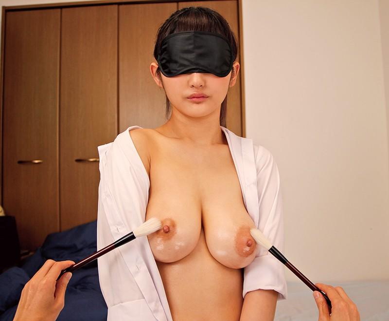 目隠しで乳首をくすぐられている高岡美鈴